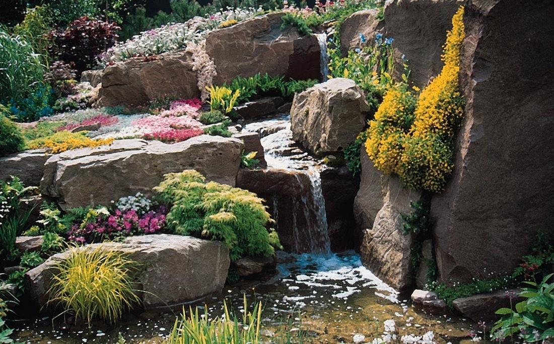 Скалы служат имитацией природного выхода горных пород.Таким способом идеально оформлять крутой склон, используя очень крупные валуны и глыбы.