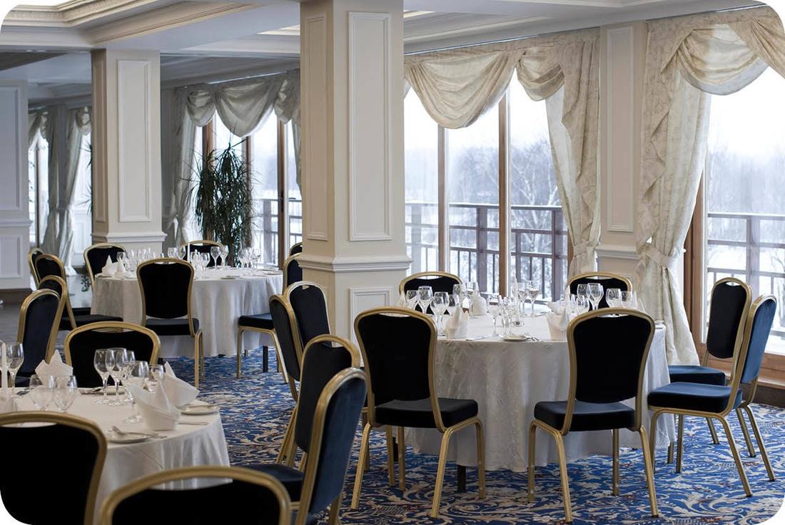 Эффектно в ресторанах смотрятся шторы в классическом стиле, ламбрекены, подхваты и другие декоративные элементы.