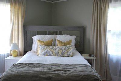 Дверь может стать необычным изголовьем кровати