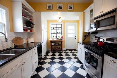 Расстановка мебели вдоль двух параллельных стен подойдёт для кухни, используемой как проходное помещение.