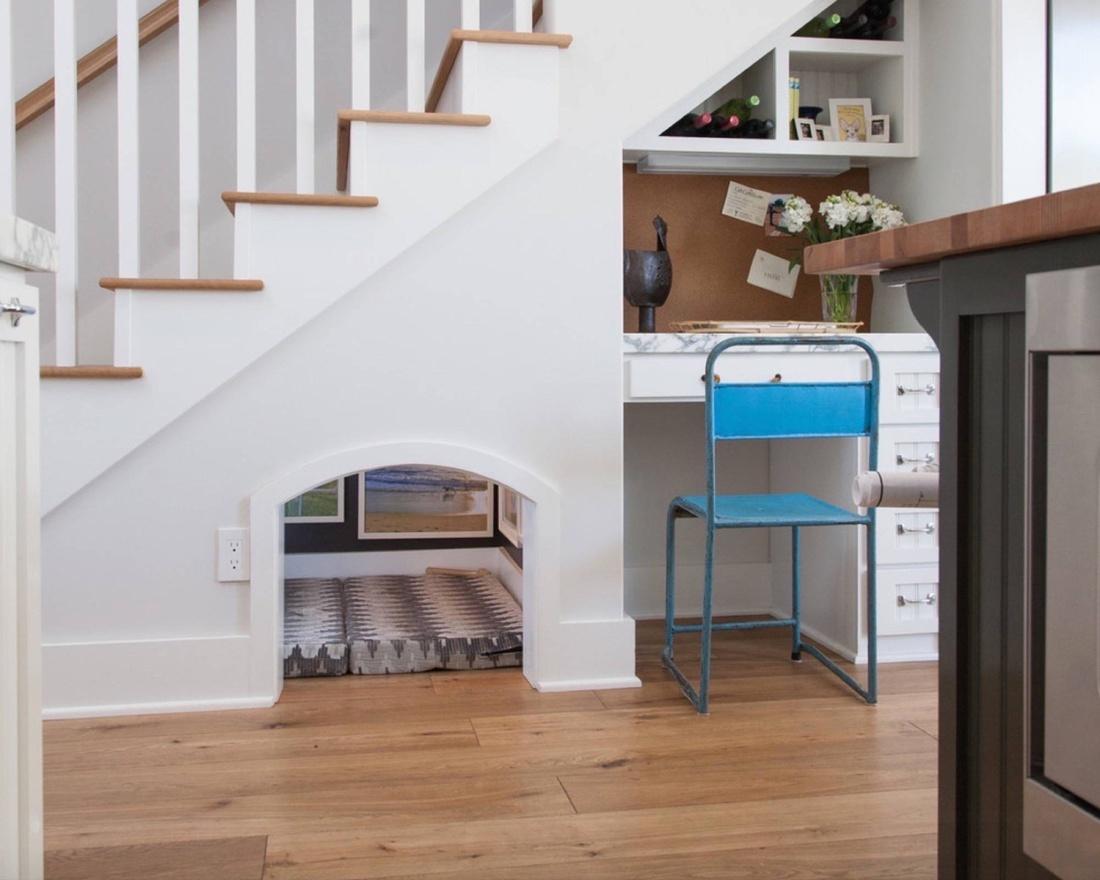 Лежанка для собаки под лестницей