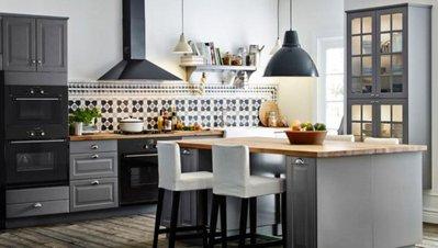 Уютная белая кухня с орнаментом в этно стиле. С элементами черного цвета и деревянной столешницей