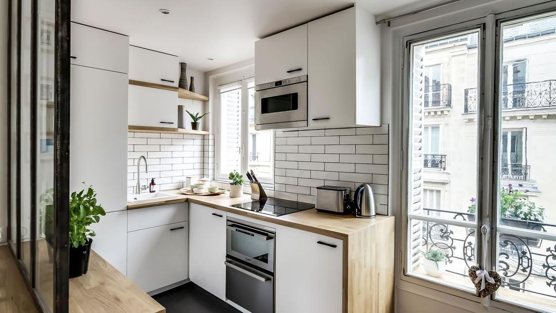 Угловая кухня с окном от atelier daaa