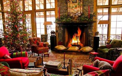 на каминной полке расставьте свечи в подсвечниках и без, повесьте рождественский венок или гирлянду, рассадите игрушечных гномов и снеговиков