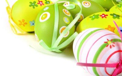 Пасха! Милые бантики и яркие краски за пять минут превратят пасхальные яйца в стильный декор.