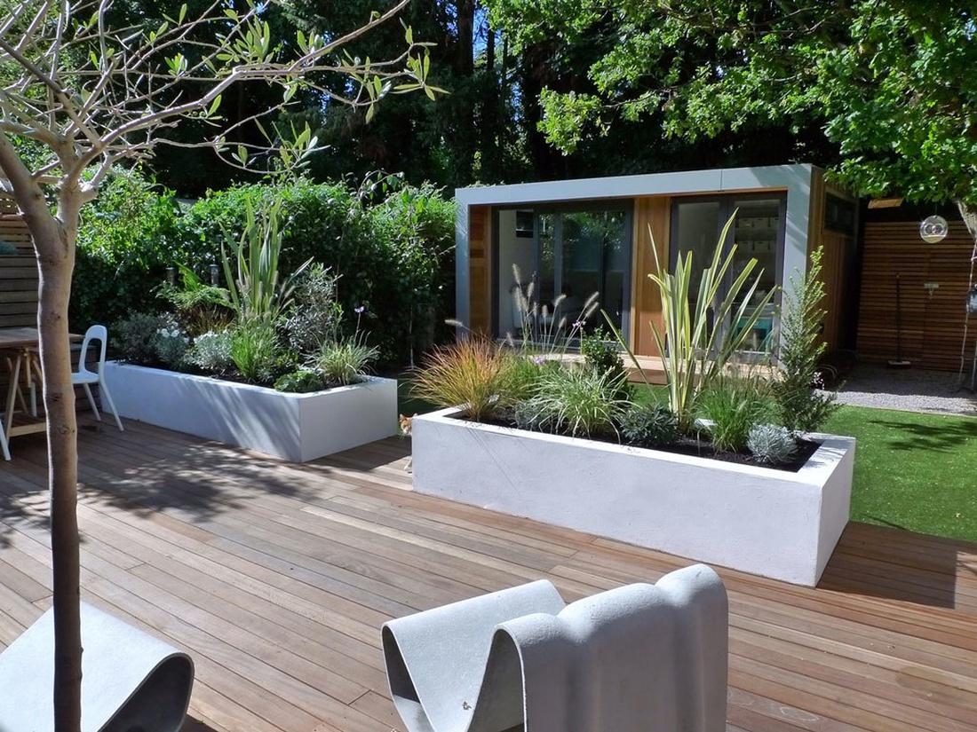 Внутренний дворик может стать чудесной игровой комнатой или гостиной. Обеды и барбекю на свежем воздухе в окружении пышной растительности и цветущих клумб тоже обеспечит патио.