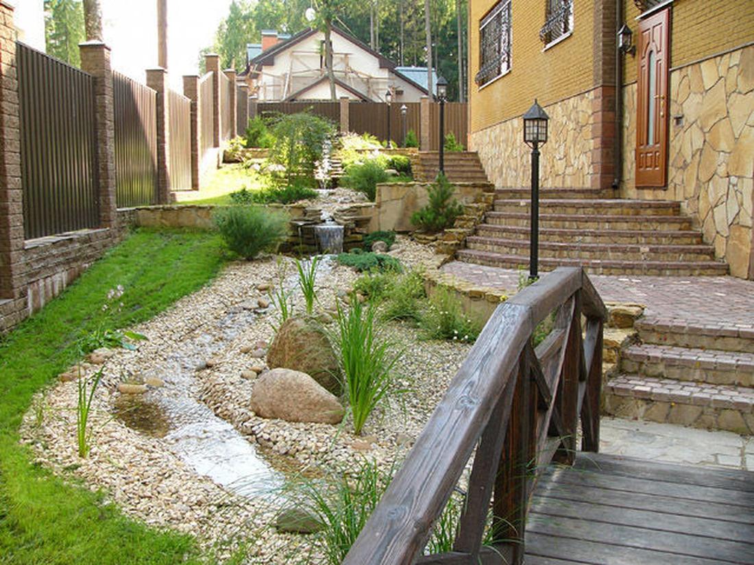 Ручей с влаголюбивой растительностью и камнями