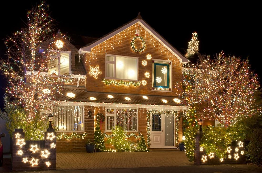 Продуманная подсветка прекрасно подчеркнет колонны, дорожки, ступени и растущие на территории деревья